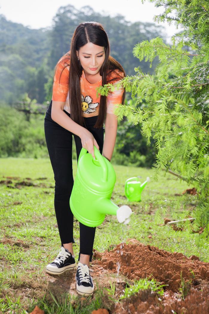 Phương Khánh 'mướt mồ hôi' cùng Ngọc Tình và dàn người đẹp Miss Earth trồng cây phủ xanh Ảnh 11