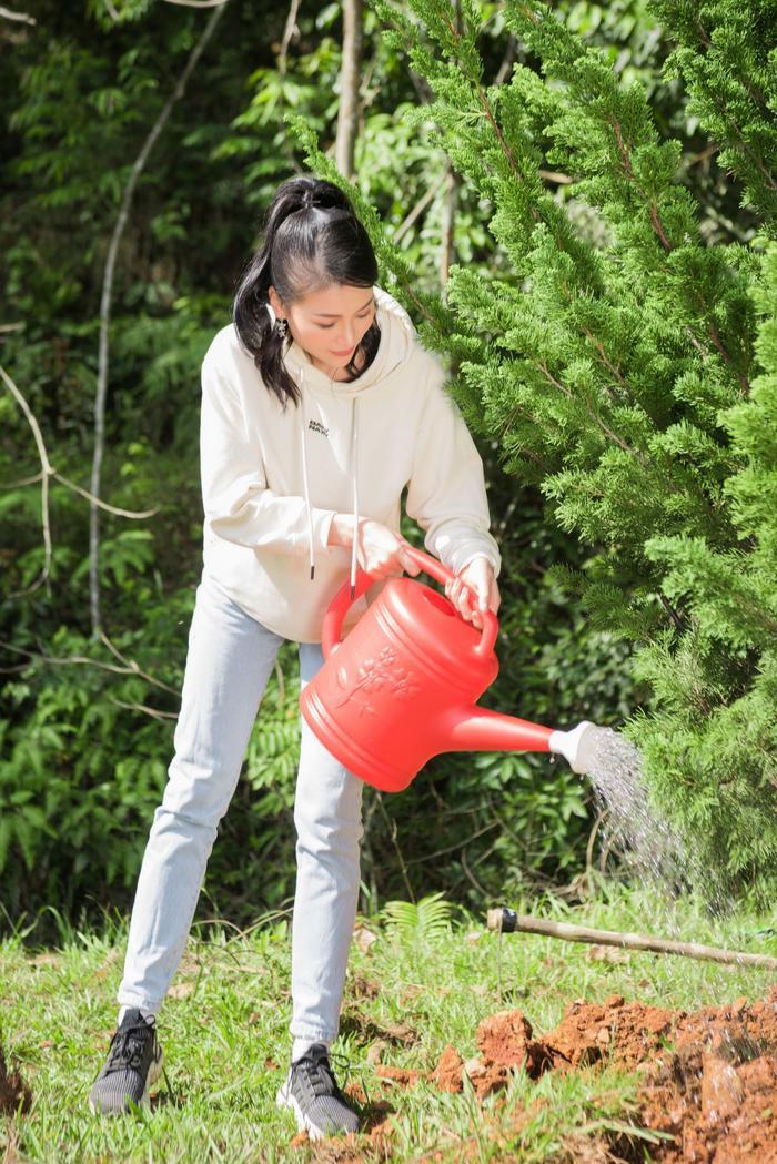 Phương Khánh 'mướt mồ hôi' cùng Ngọc Tình và dàn người đẹp Miss Earth trồng cây phủ xanh Ảnh 7
