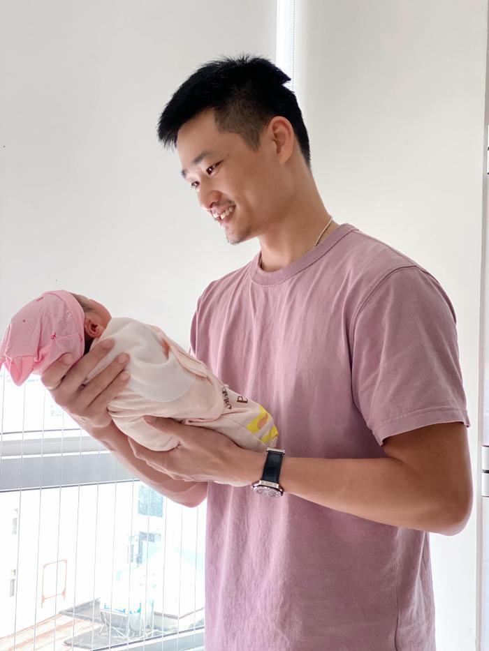 Nữ chính 'Về nhà đi con' Bảo Thanh khoe khoảnh khắc hạnh phúc của chồng và con gái mới sinh Ảnh 3