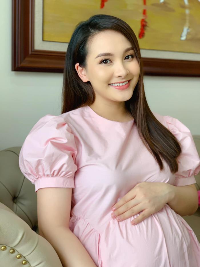 Nữ chính 'Về nhà đi con' Bảo Thanh khoe khoảnh khắc hạnh phúc của chồng và con gái mới sinh Ảnh 1