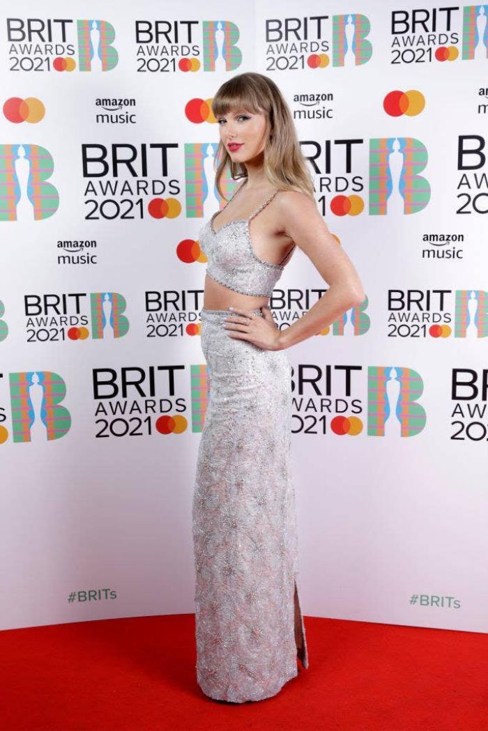 Taylor Swift 'phát tướng' lộ vòng 2 mỡ màng trong set váy áo sequin màu bạc Ảnh 2