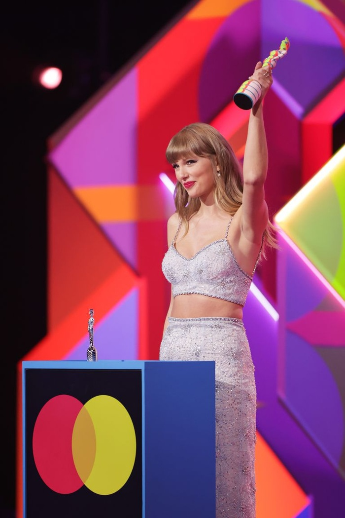 Taylor Swift 'phát tướng' lộ vòng 2 mỡ màng trong set váy áo sequin màu bạc Ảnh 3