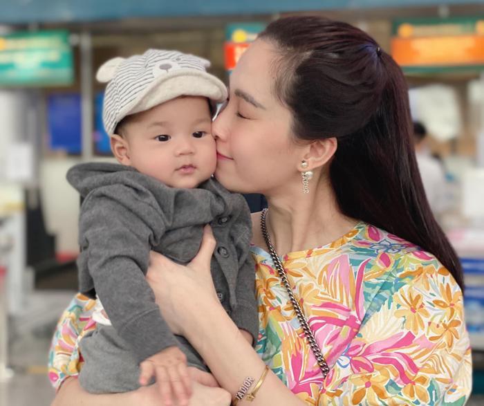 Con trai hoa hậu Thu Thảo gần 1 tuổi đã đẹp trai 'đốn tim' bao fan thế này Ảnh 7