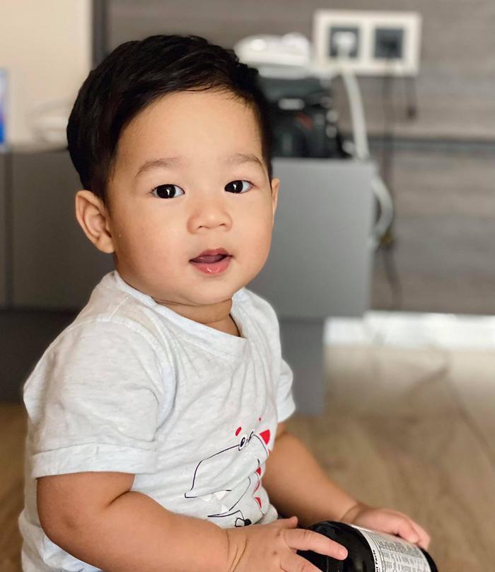 Con trai hoa hậu Thu Thảo gần 1 tuổi đã đẹp trai 'đốn tim' bao fan thế này Ảnh 1