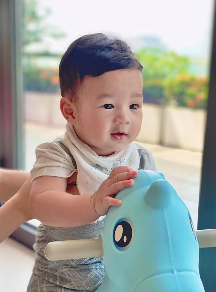 Con trai hoa hậu Thu Thảo gần 1 tuổi đã đẹp trai 'đốn tim' bao fan thế này Ảnh 5