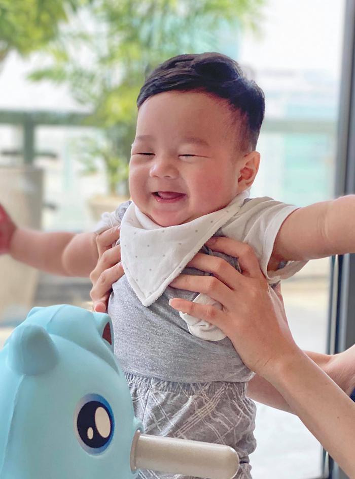 Con trai hoa hậu Thu Thảo gần 1 tuổi đã đẹp trai 'đốn tim' bao fan thế này Ảnh 6