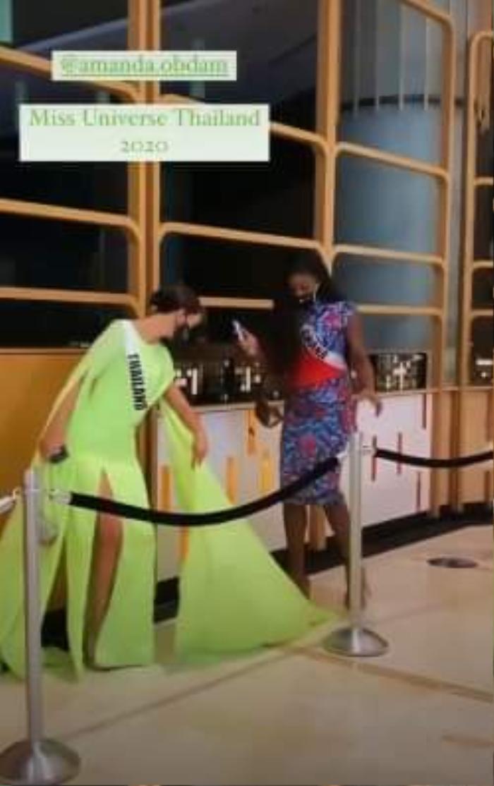 Miss Universe 2020: Hoa hậu Thái Lan bị đạp rách váy vì mặc 'lồng lộn', cố tình đi chậm chụp ảnh Ảnh 1