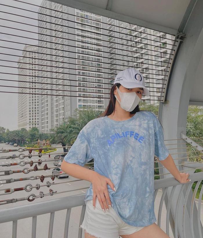 Hoa hậu Đỗ Thị Hà lên đồ năng động, khoe eo thon thả ra hành lang tạo dáng sành điệu Ảnh 6
