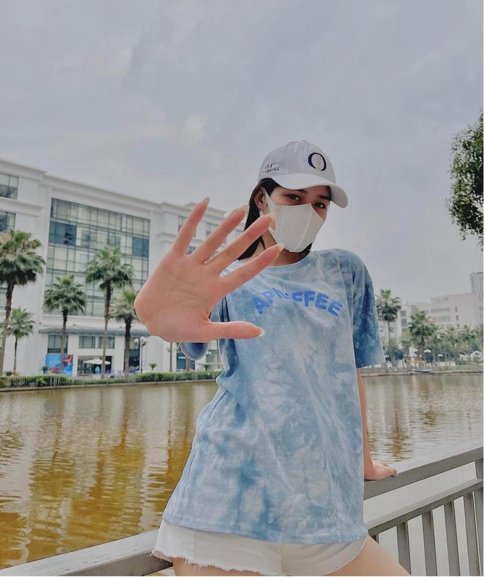 Hoa hậu Đỗ Thị Hà lên đồ năng động, khoe eo thon thả ra hành lang tạo dáng sành điệu Ảnh 5