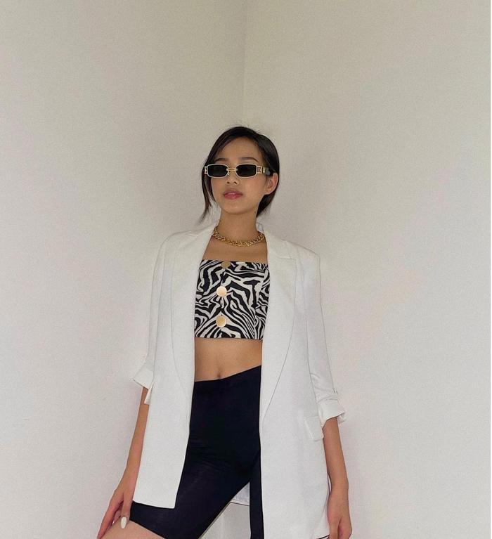 Hoa hậu Đỗ Thị Hà lên đồ năng động, khoe eo thon thả ra hành lang tạo dáng sành điệu Ảnh 3