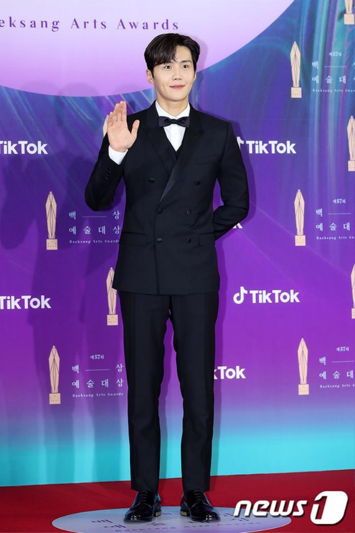 Thảm đỏ 'Baeksang 2021': Kim So Yeon áp đảo Suzy, Song Joong Ki - Kim So Hyun - Lee Jun Ki xuất thần! Ảnh 8