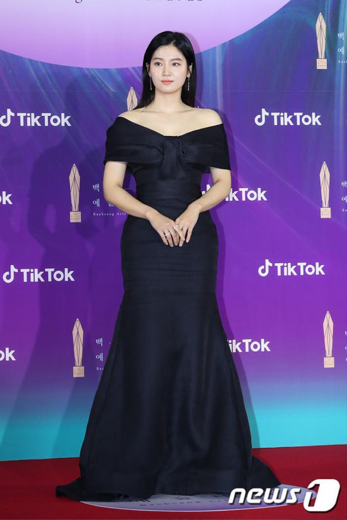 Thảm đỏ 'Baeksang 2021': Kim So Yeon áp đảo Suzy, Song Joong Ki - Kim So Hyun - Lee Jun Ki xuất thần! Ảnh 25