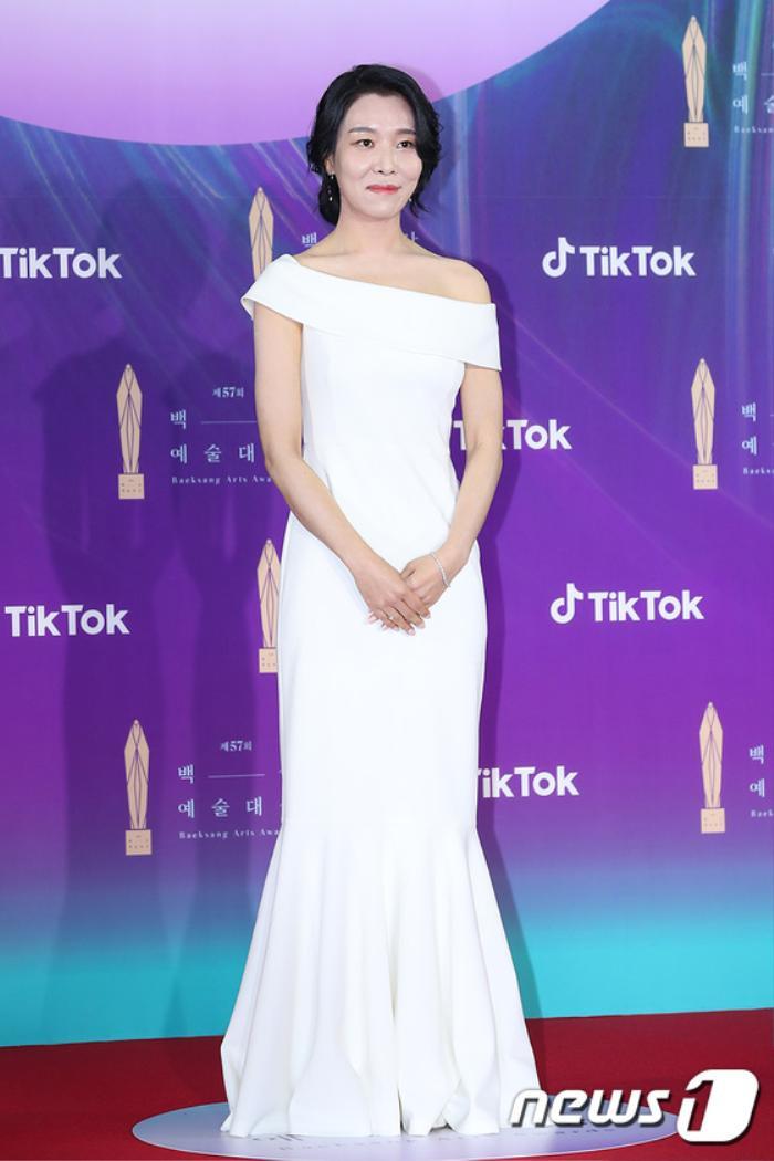 Thảm đỏ 'Baeksang 2021': Kim So Yeon áp đảo Suzy, Song Joong Ki - Kim So Hyun - Lee Jun Ki xuất thần! Ảnh 33