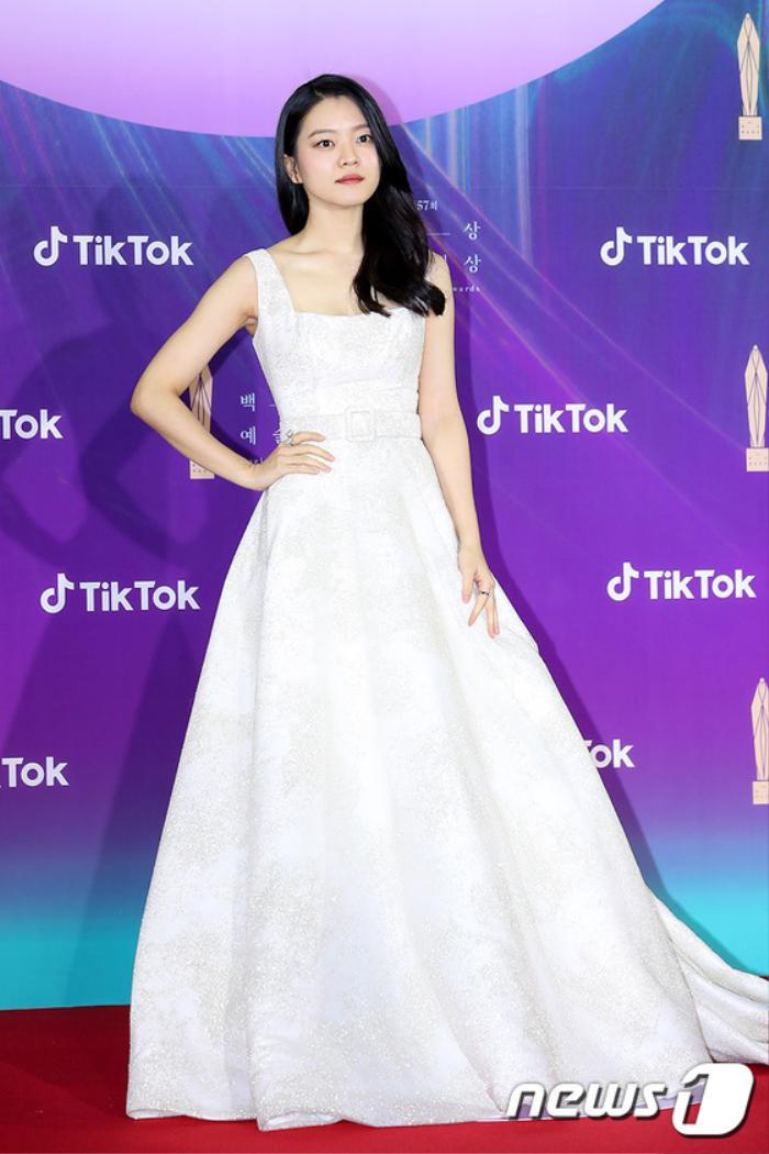 Thảm đỏ 'Baeksang 2021': Kim So Yeon áp đảo Suzy, Song Joong Ki - Kim So Hyun - Lee Jun Ki xuất thần! Ảnh 19