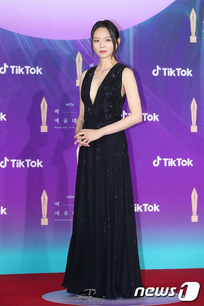 Thảm đỏ 'Baeksang 2021': Kim So Yeon áp đảo Suzy, Song Joong Ki - Kim So Hyun - Lee Jun Ki xuất thần! Ảnh 12