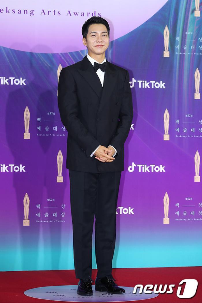 Thảm đỏ 'Baeksang 2021': Kim So Yeon áp đảo Suzy, Song Joong Ki - Kim So Hyun - Lee Jun Ki xuất thần! Ảnh 7