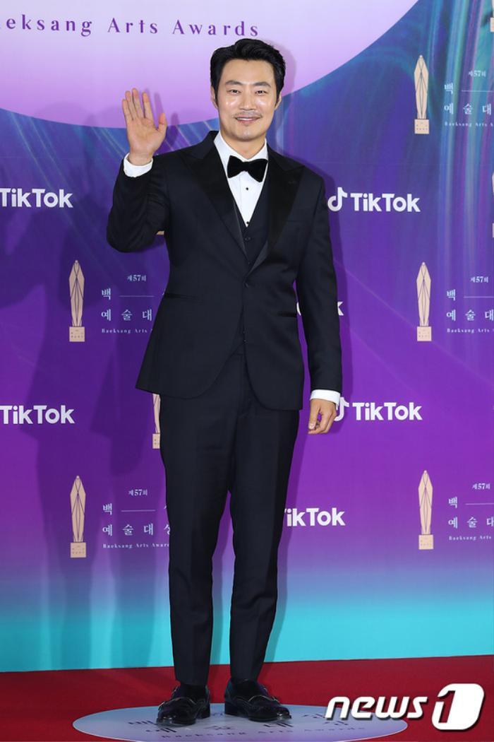 Thảm đỏ 'Baeksang 2021': Kim So Yeon áp đảo Suzy, Song Joong Ki - Kim So Hyun - Lee Jun Ki xuất thần! Ảnh 34