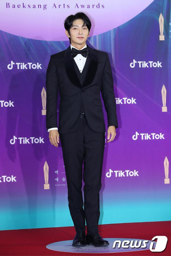 Thảm đỏ 'Baeksang 2021': Kim So Yeon áp đảo Suzy, Song Joong Ki - Kim So Hyun - Lee Jun Ki xuất thần! Ảnh 22