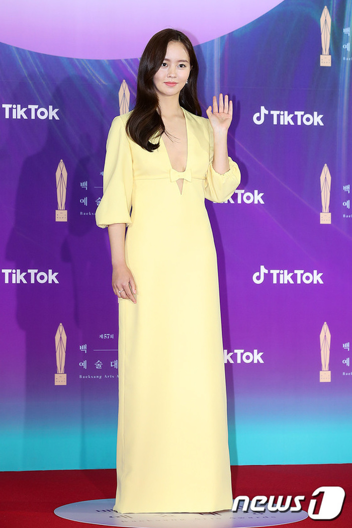 Thảm đỏ 'Baeksang 2021': Kim So Yeon áp đảo Suzy, Song Joong Ki - Kim So Hyun - Lee Jun Ki xuất thần! Ảnh 6
