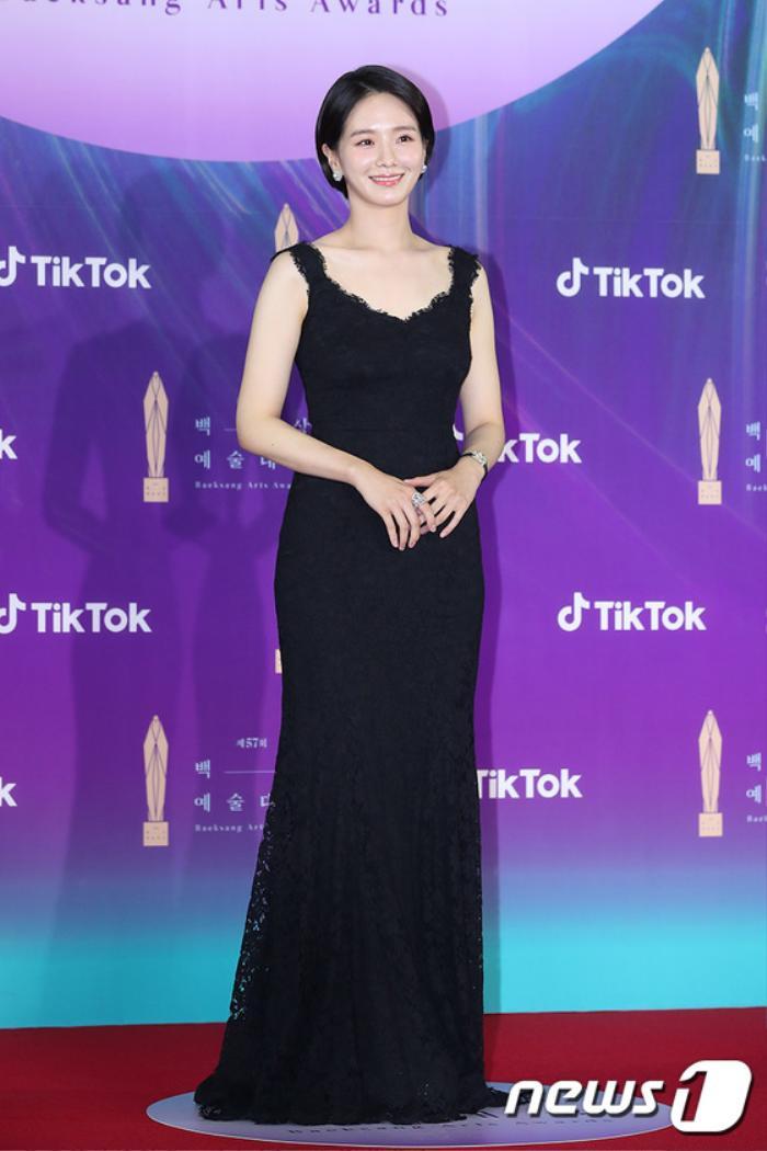 Thảm đỏ 'Baeksang 2021': Kim So Yeon áp đảo Suzy, Song Joong Ki - Kim So Hyun - Lee Jun Ki xuất thần! Ảnh 36