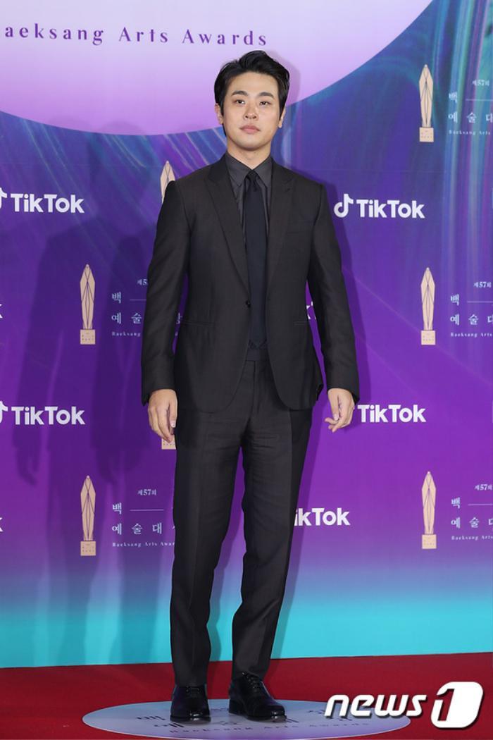 Thảm đỏ 'Baeksang 2021': Kim So Yeon áp đảo Suzy, Song Joong Ki - Kim So Hyun - Lee Jun Ki xuất thần! Ảnh 10
