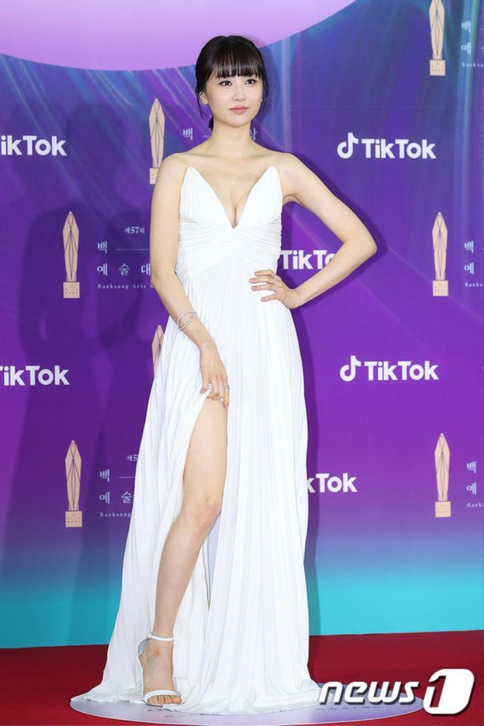 Thảm đỏ 'Baeksang 2021': Kim So Yeon áp đảo Suzy, Song Joong Ki - Kim So Hyun - Lee Jun Ki xuất thần! Ảnh 28