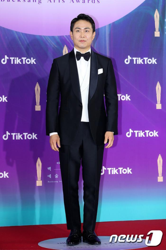 Thảm đỏ 'Baeksang 2021': Kim So Yeon áp đảo Suzy, Song Joong Ki - Kim So Hyun - Lee Jun Ki xuất thần! Ảnh 13