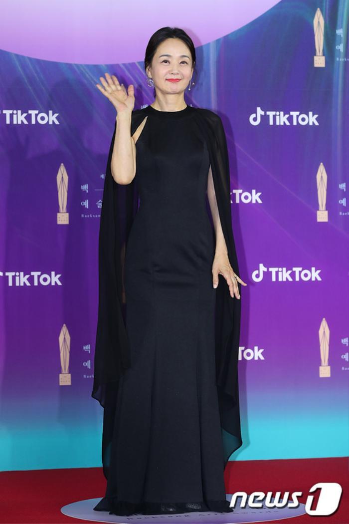 Thảm đỏ 'Baeksang 2021': Kim So Yeon áp đảo Suzy, Song Joong Ki - Kim So Hyun - Lee Jun Ki xuất thần! Ảnh 29