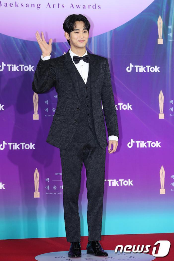 Thảm đỏ 'Baeksang 2021': Kim So Yeon áp đảo Suzy, Song Joong Ki - Kim So Hyun - Lee Jun Ki xuất thần! Ảnh 3