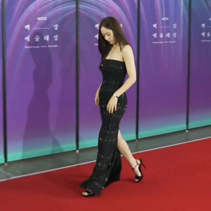 Krystal (Fx) gặp sự cố trang phục suýt lộ hàng tại thảm đỏ trao giải Baeksang 2021 Ảnh 9