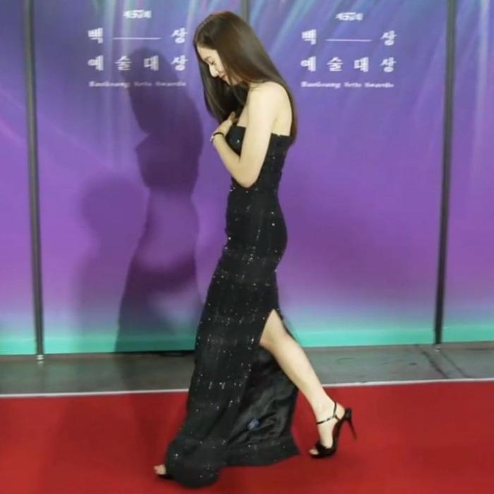 Krystal (Fx) gặp sự cố trang phục suýt lộ hàng tại thảm đỏ trao giải Baeksang 2021 Ảnh 11