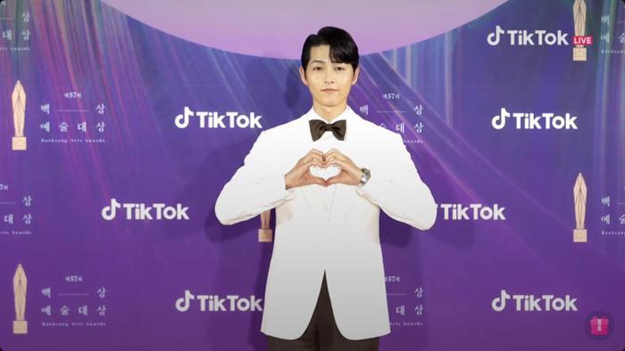 Krystal (Fx) gặp sự cố trang phục suýt lộ hàng tại thảm đỏ trao giải Baeksang 2021 Ảnh 3