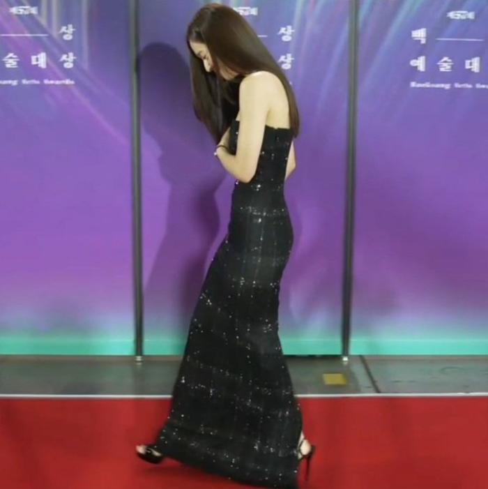 Krystal (Fx) gặp sự cố trang phục suýt lộ hàng tại thảm đỏ trao giải Baeksang 2021 Ảnh 10