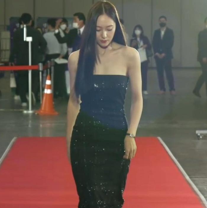 Krystal (Fx) gặp sự cố trang phục suýt lộ hàng tại thảm đỏ trao giải Baeksang 2021 Ảnh 13