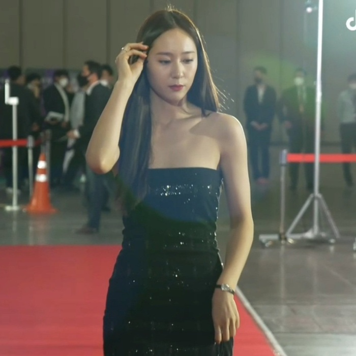 Krystal (Fx) gặp sự cố trang phục suýt lộ hàng tại thảm đỏ trao giải Baeksang 2021 Ảnh 12