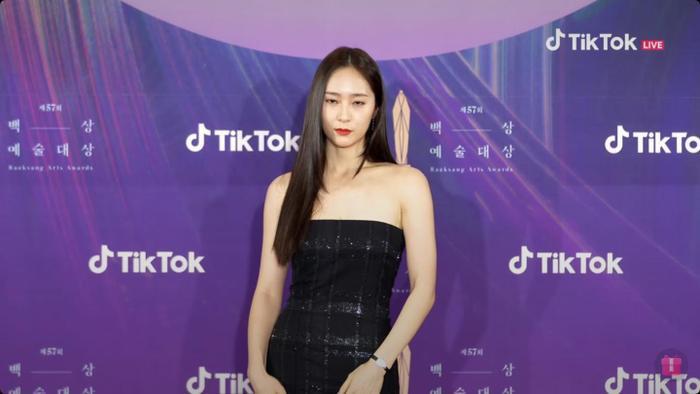 Krystal (Fx) gặp sự cố trang phục suýt lộ hàng tại thảm đỏ trao giải Baeksang 2021 Ảnh 4