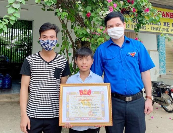 Nam sinh 12 tuổi dũng cảm cứu thanh niên 22 tuổi tắm suối bị đuối nước Ảnh 1