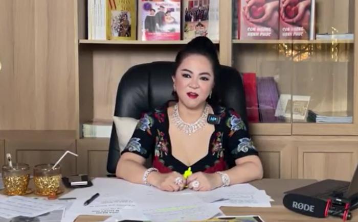 'Cạch mặt' cả showbiz Việt nhưng vì sao bà Phương Hằng lại lên tiếng bênh vực một mình Thủy Tiên? Ảnh 1