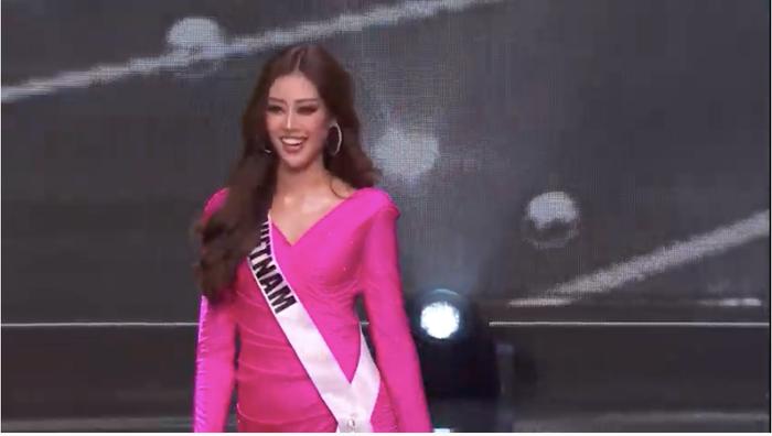 7 giây 'thần thánh' của Khánh Vân mở màn bán kết Miss Universe: Trái tim ấm áp - Thần thái rạng ngời Ảnh 3
