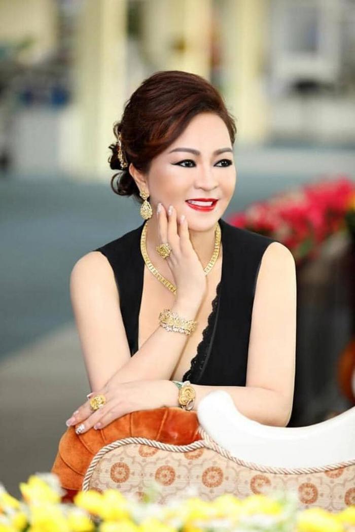 Bà Nguyễn Phương Hằng 'thần thái ngời ngời' khoe 2 viên kim cương 'chọi bể đầu' Ảnh 1