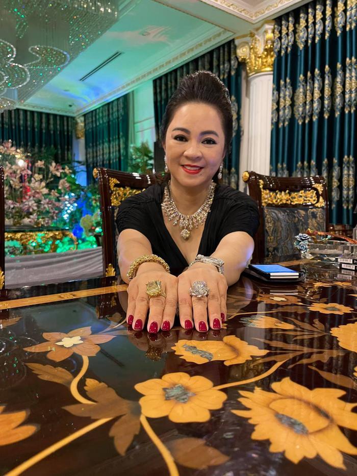 Bà Nguyễn Phương Hằng 'thần thái ngời ngời' khoe 2 viên kim cương 'chọi bể đầu' Ảnh 3