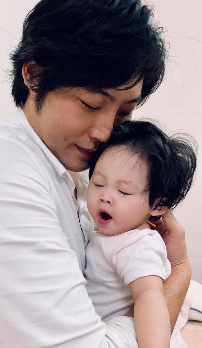 Pha Lê gây xúc động khi chia sẻ khoảnh khắc chồng và con gái gặp nhau sau mấy tháng xa cách Ảnh 4