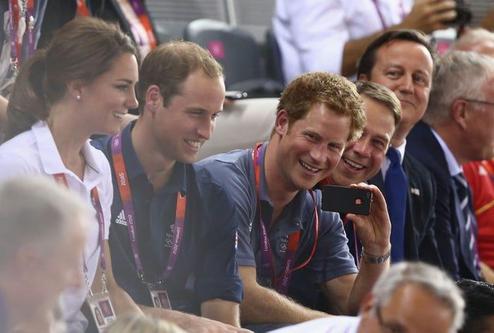 17 bức ảnh cho thấy Hoàng tử William và Kate cũng như bao cặp đôi bình thường Ảnh 11