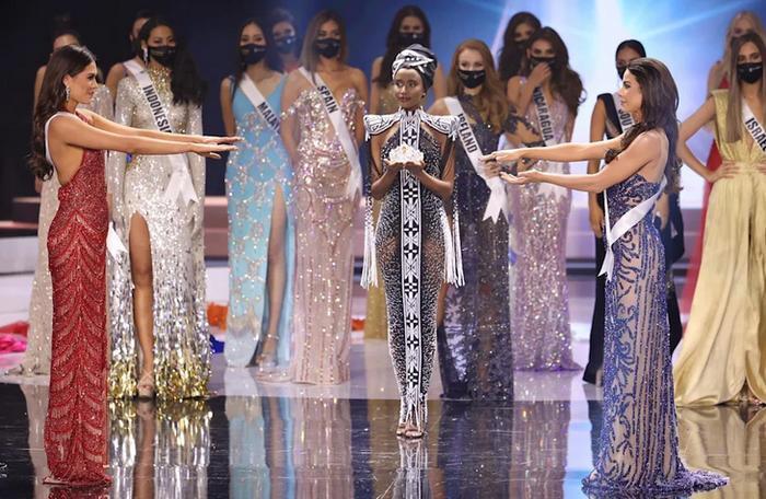 Fan chế ảnh đầy 'ngang ngược' khoảnh khắc 2 nàng hậu chờ được gọi tên đăng quang Miss Universe 2020 Ảnh 1