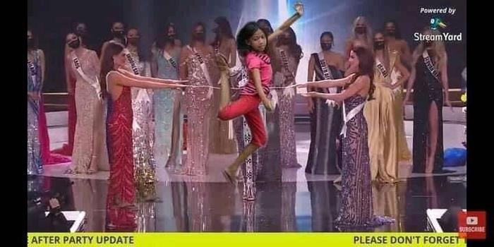 Fan chế ảnh đầy 'ngang ngược' khoảnh khắc 2 nàng hậu chờ được gọi tên đăng quang Miss Universe 2020 Ảnh 5