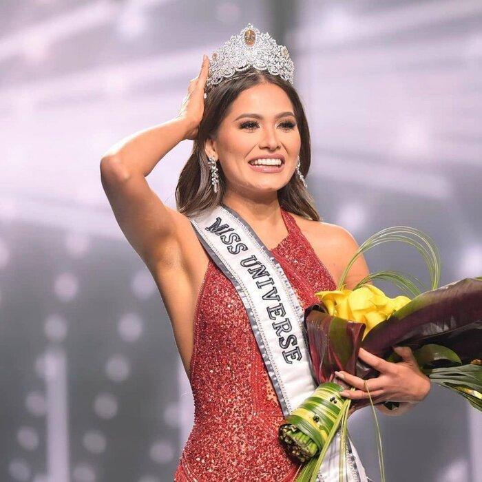 Fan chế ảnh đầy 'ngang ngược' khoảnh khắc 2 nàng hậu chờ được gọi tên đăng quang Miss Universe 2020 Ảnh 7