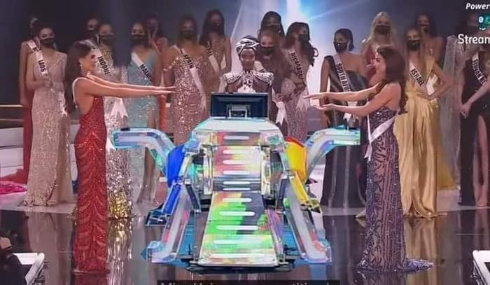 Fan chế ảnh đầy 'ngang ngược' khoảnh khắc 2 nàng hậu chờ được gọi tên đăng quang Miss Universe 2020 Ảnh 3