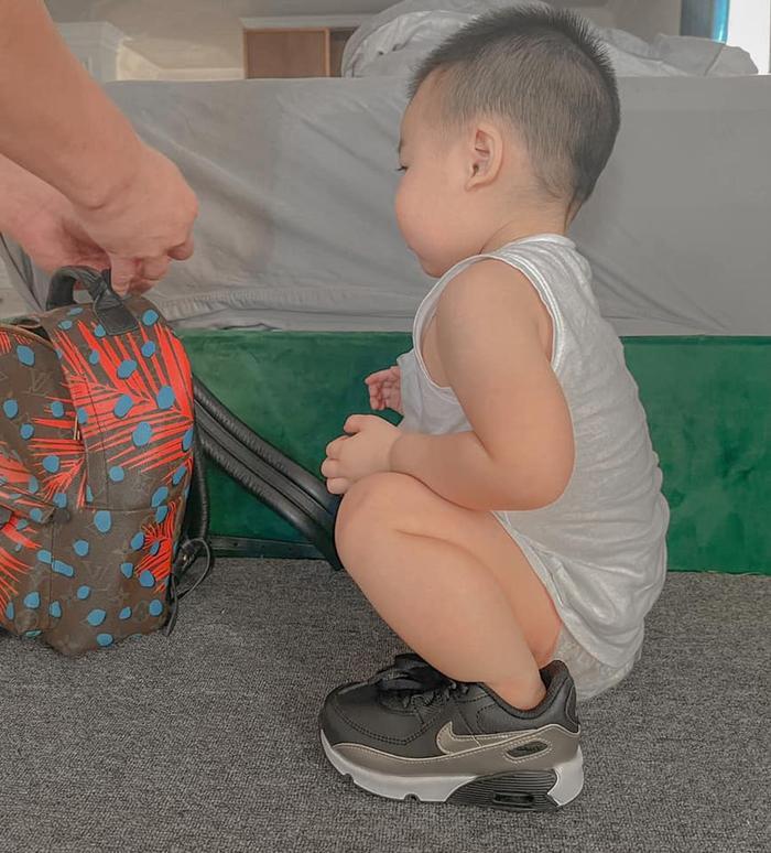 Lan Khuê khoe ảnh con trai một tuổi rưỡi nay đã cao lớn và biết chơi xe đạp Ảnh 4