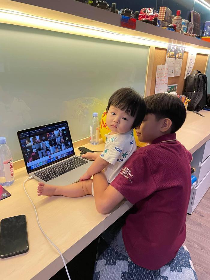'Lịm tim' trước khoảnh khắc bé Subeo dù bận học online vẫn tranh thủ chăm em gái Suchin Ảnh 1