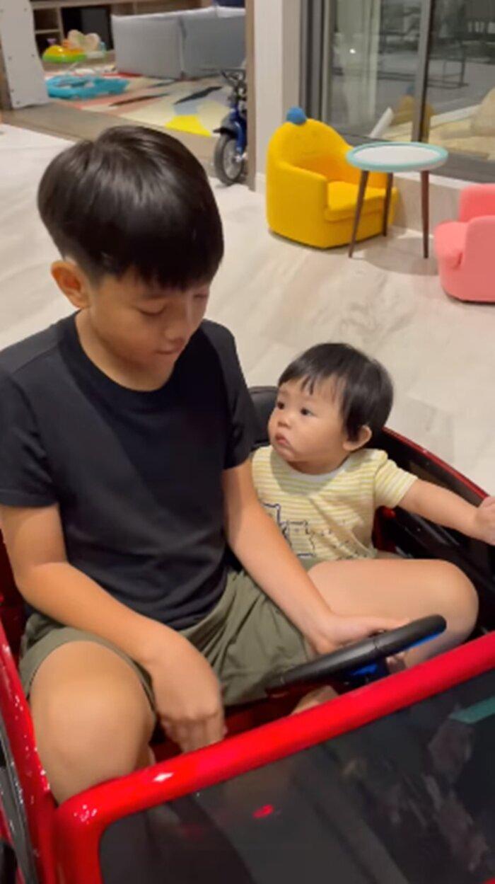 'Lịm tim' trước khoảnh khắc bé Subeo dù bận học online vẫn tranh thủ chăm em gái Suchin Ảnh 7